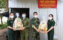 Tặng quà cán bộ, chiến sĩ và hội viên phụ nữ nghèo trên khu vực biên giới